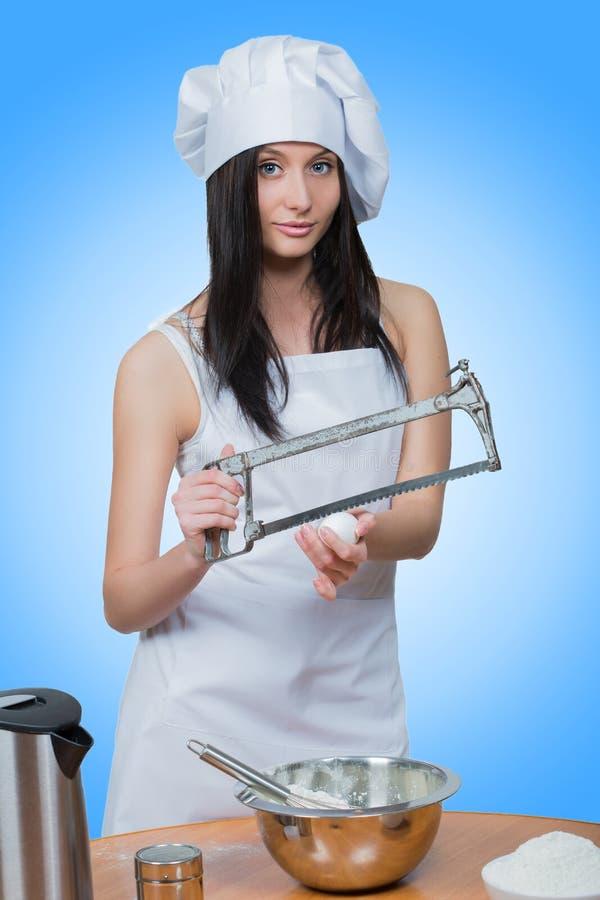 性感的女孩佩带的厨师准备面团 免版税库存照片
