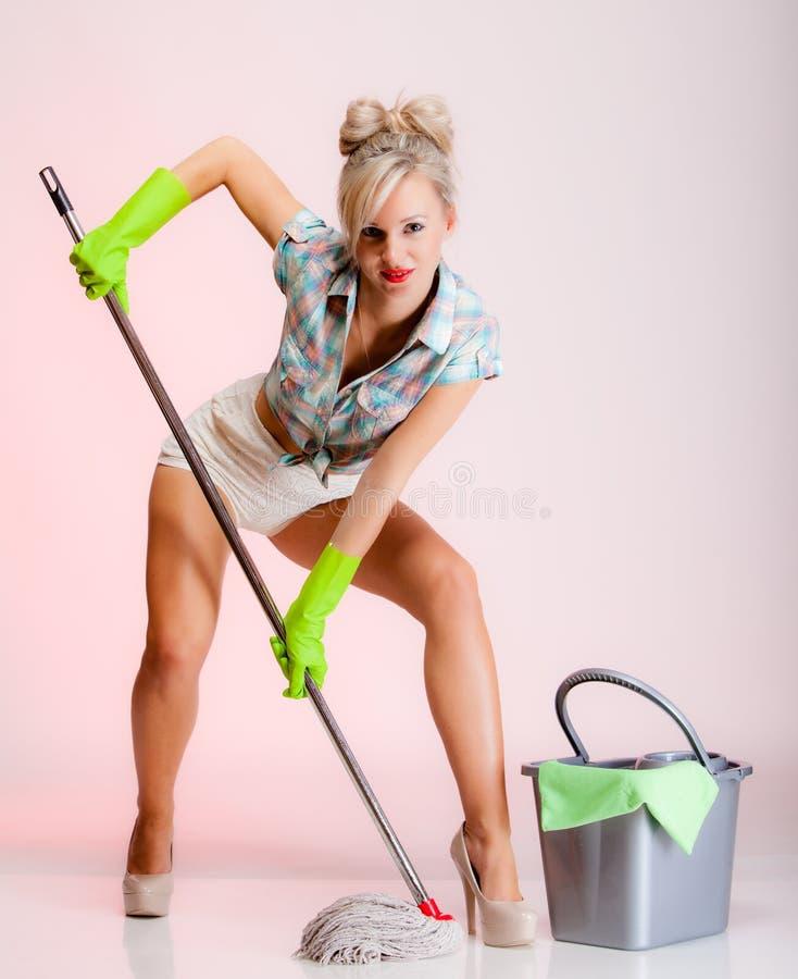 性感的女孩减速火箭的样式,妇女与拖把的主妇擦净剂 库存图片