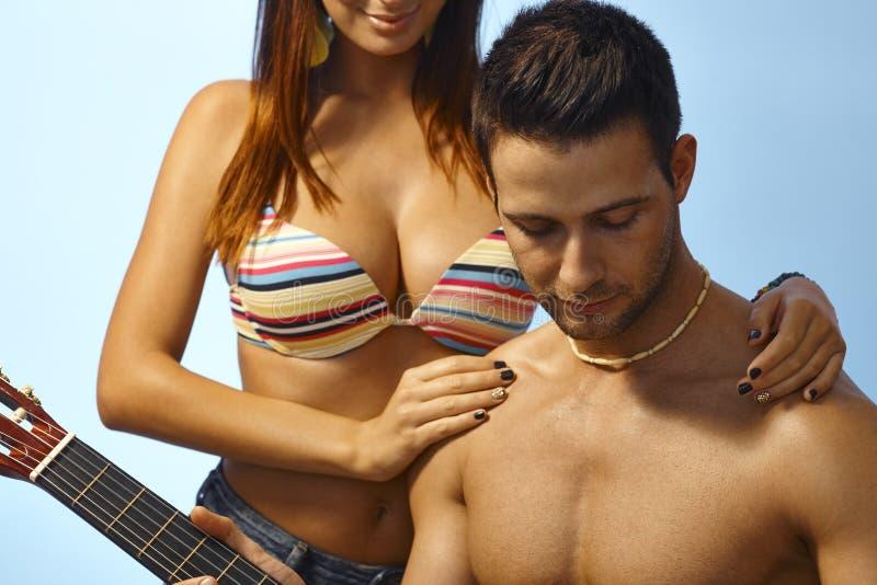 性感的女孩和男朋友海滩的 库存照片