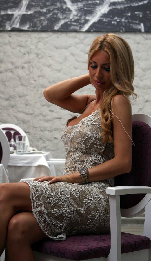 性感的女孩在餐馆 免版税图库摄影