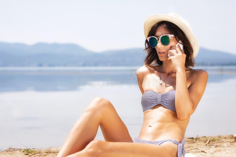 性感的女孩谈话在电话 免版税库存照片