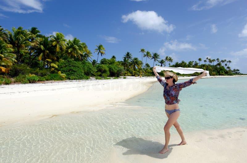 年轻性感的妇女在一个离开的热带海岛上放松 免版税库存照片