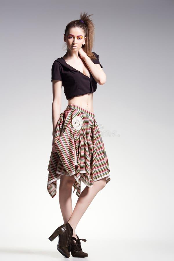 性感的妇女式样摆在偶然在美丽的礼服-塑造射击 库存照片