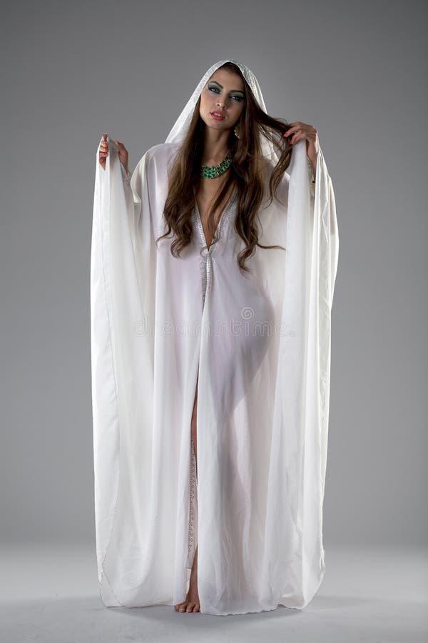 年轻性感的妇女的画象白色长袍阿拉伯的 免版税图库摄影