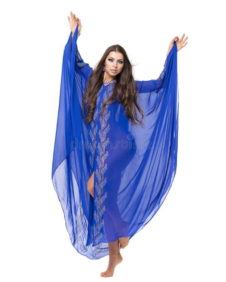 年轻性感的妇女的画象蓝色长袍阿拉伯语的 图库摄影