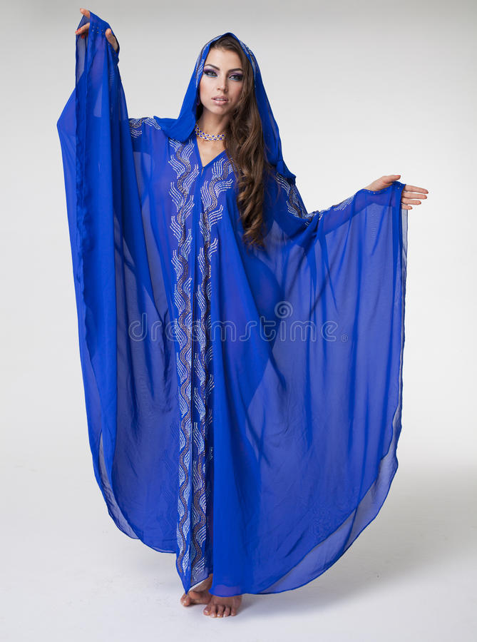年轻性感的妇女的画象蓝色长袍阿拉伯语的 库存照片