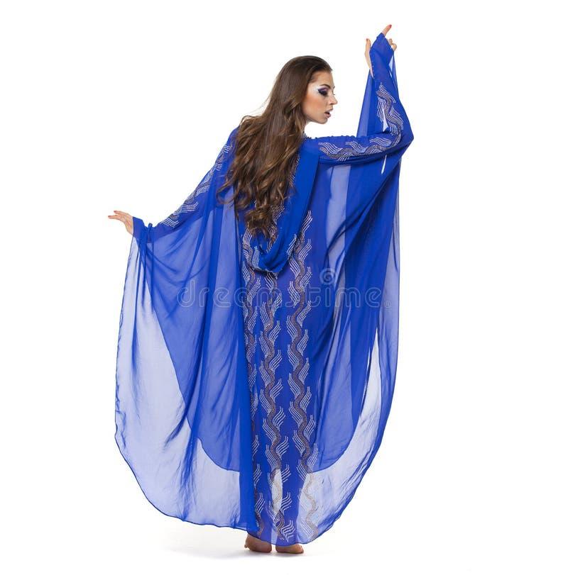 年轻性感的妇女的画象蓝色长袍阿拉伯语的 免版税图库摄影