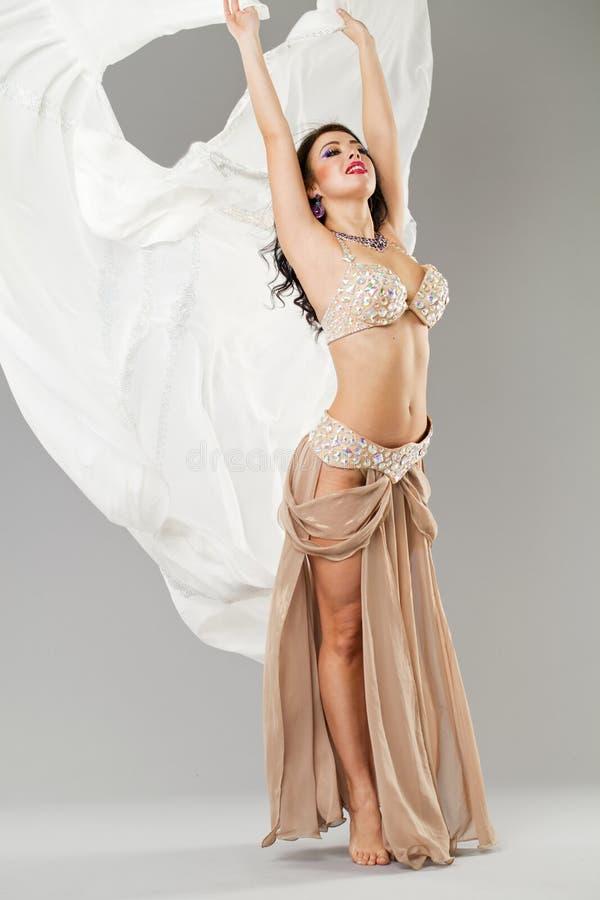 年轻性感的妇女的画象长的阿拉伯裙子的 库存图片