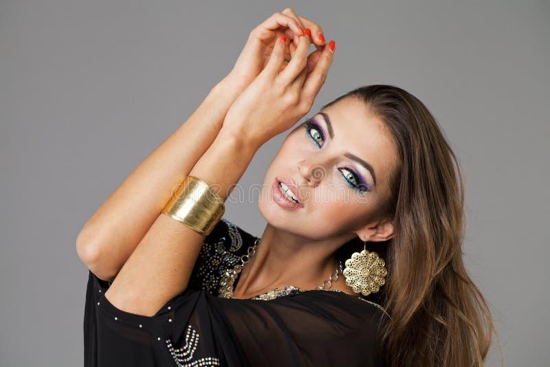 年轻性感的妇女的画象黑长袍阿拉伯语的 图库摄影