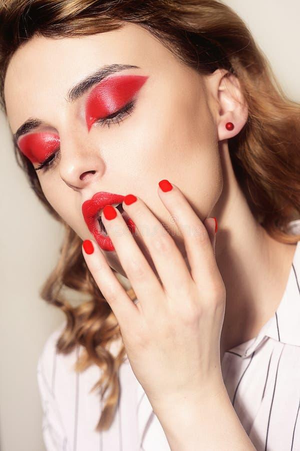 性感的妇女秀丽画象有魅力的组成 红色嘴唇和红色眼影膏,neils 秀丽时装模特儿面孔 现有量修剪 图库摄影
