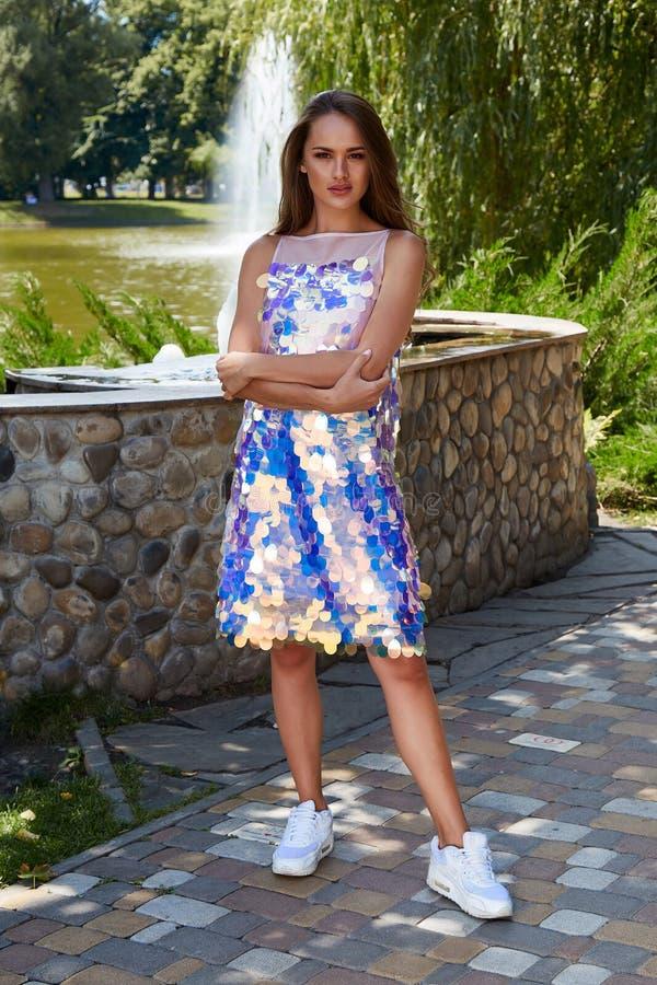 性感的妇女长的头发构成穿戴亮光礼服魅力时尚col 免版税库存照片