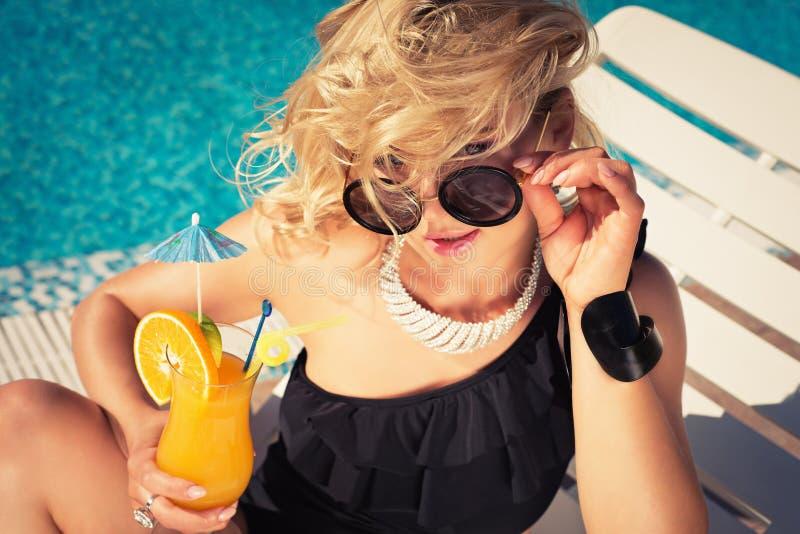 年轻性感的妇女饮用的鸡尾酒 图库摄影