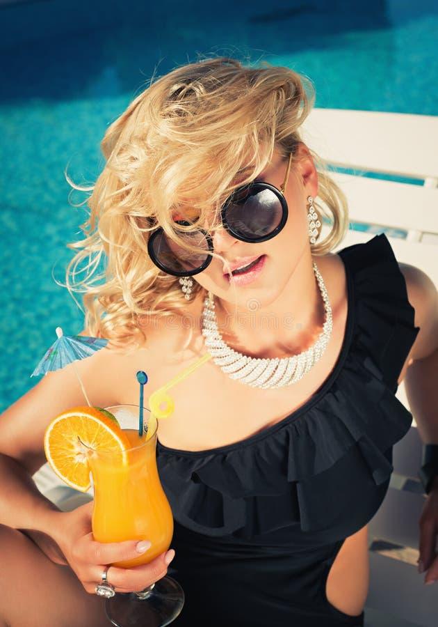 年轻性感的妇女饮用的鸡尾酒 库存照片
