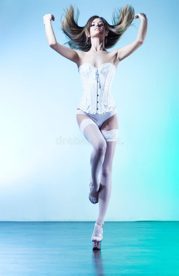 Download 性感的妇女年轻人 库存图片. 图片 包括有 衣物, 工作室, 优美, 摆在, 方式, 姿势, 人员, 振翼 - 59104857