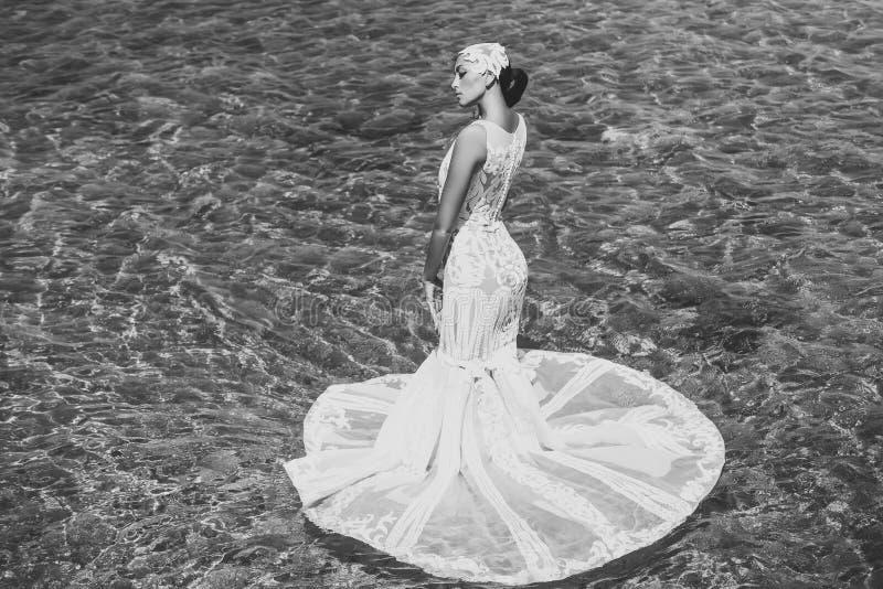 性感的妇女 新娘在海景的晴朗的夏日 图库摄影