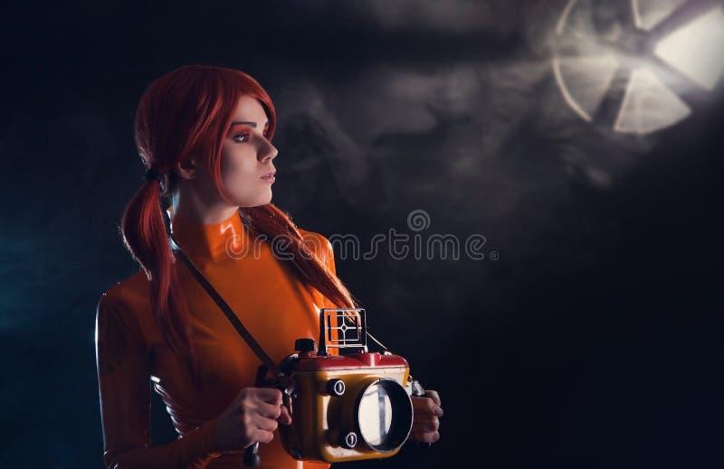 性感的宇航员女孩画象橙色乳汁的加州 免版税库存照片