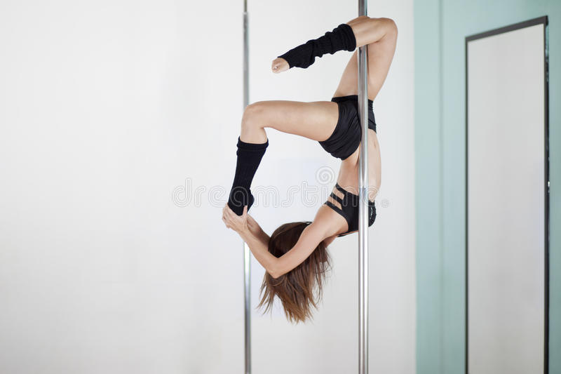 性感的少妇杆跳舞 免版税库存照片