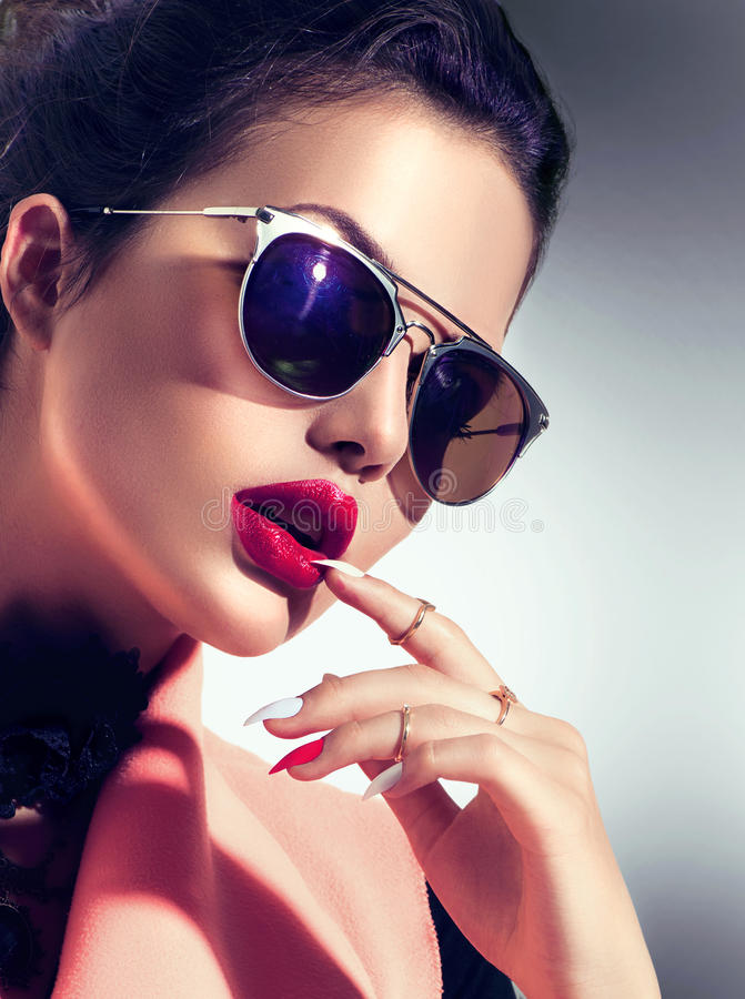 性感的式样女孩佩带的太阳镜 免版税库存照片