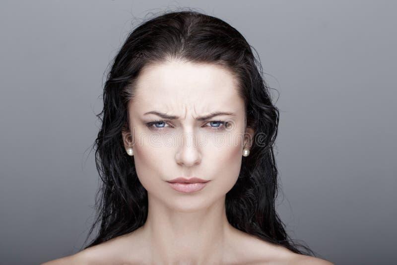 性感的懊恼深色的妇女 免版税库存图片