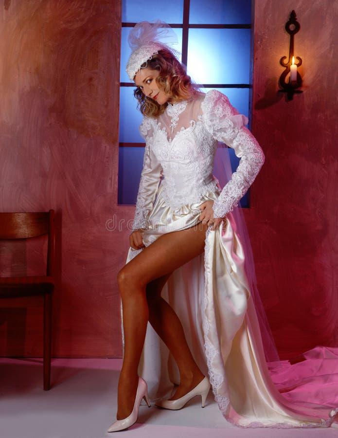 Download 性感的新娘 库存图片. 图片 包括有 性感, 风格化, 成人, 华美, 微笑, 减速火箭, 礼服, 现场, 鞋子 - 61225