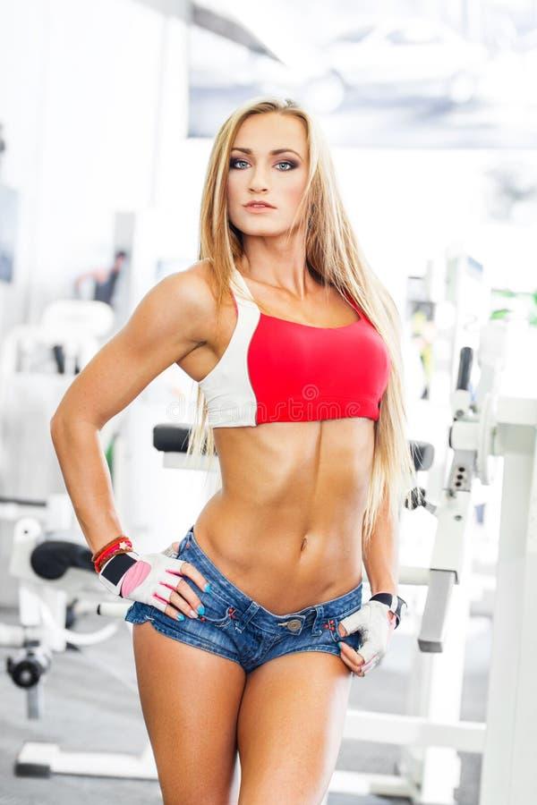 性感的新白肤金发的健身模型 库存图片
