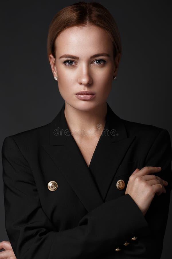 性感的时装模特儿,年轻欧洲有吸引力,美丽的眼睛,完善的皮肤在魅力时髦测试的演播室摆在 免版税库存照片