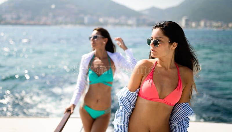 性感的比基尼泳装的美丽的愉快的妇女享受暑假的 库存照片
