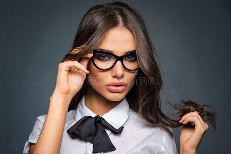 性感的深色的年轻女商人佩带的屈光率玻璃 免版税库存图片