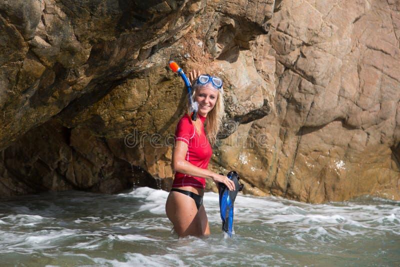 性感的潜水者女孩看见洞准备她的下潜 免版税库存图片