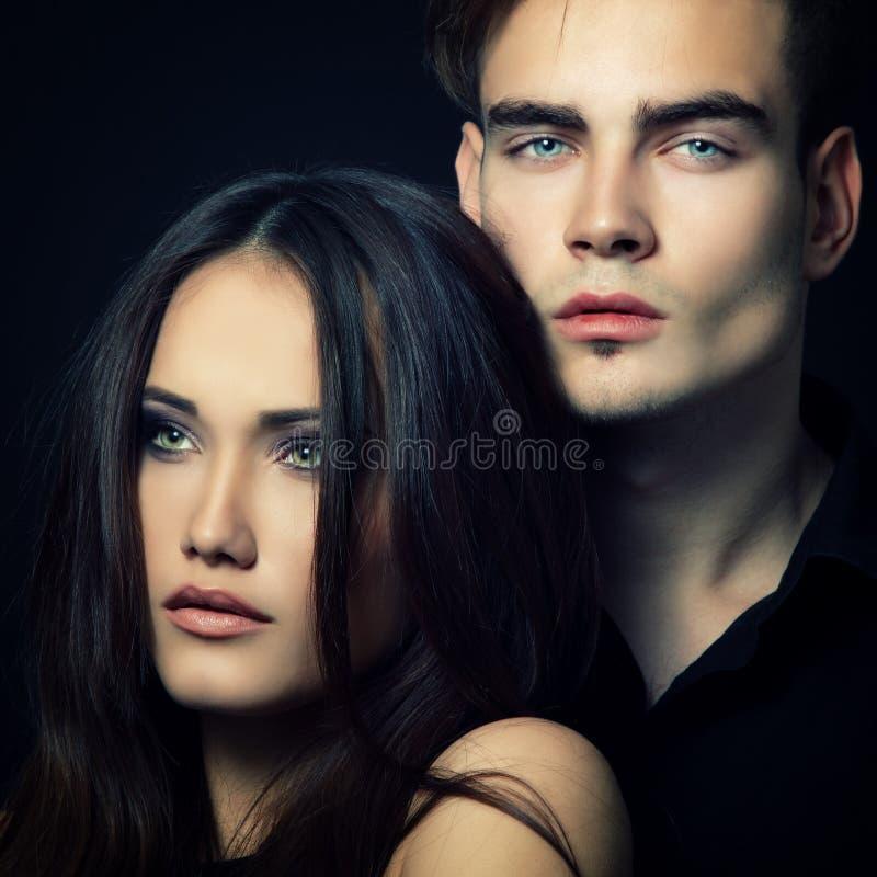 性感的激情夫妇,美丽的年轻人和妇女特写镜头,  免版税库存图片