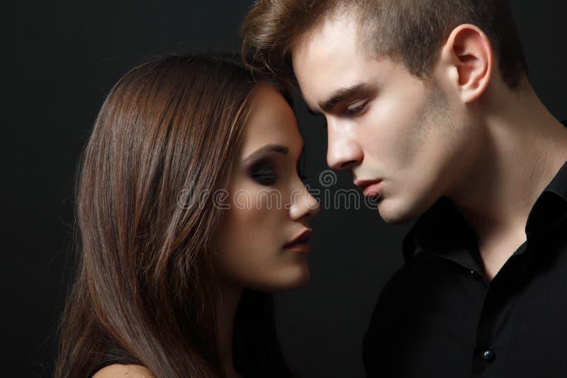 性感的激情夫妇,美丽的年轻人和妇女特写镜头,  免版税库存照片