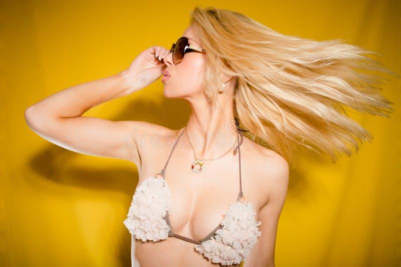 性感的热的女孩在比基尼泳装演播室在黄色背景射击了 免版税库存照片