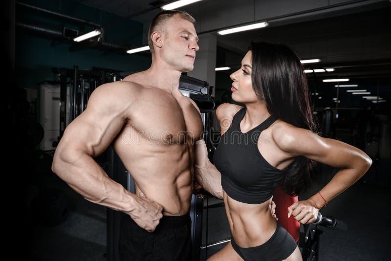 表面的白种人男人和性感健身房的.妇女,顿断法.细菌性v表面发烧37.5度图片