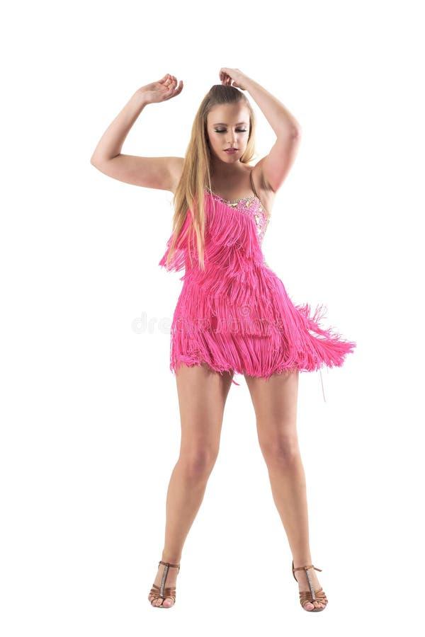 性感的白肤金发的专业舞蹈家跳舞辣调味汁用在头上的手 库存照片