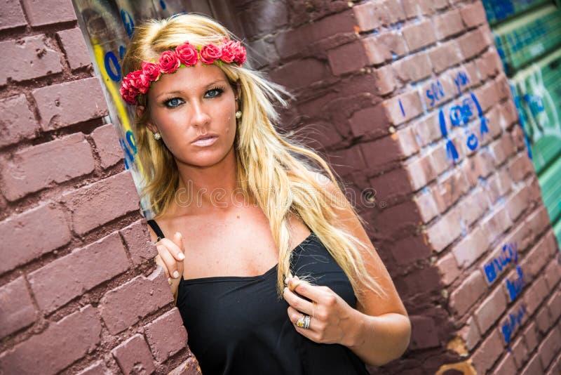 性感的白肤金发的女孩以偶然时尚 免版税图库摄影