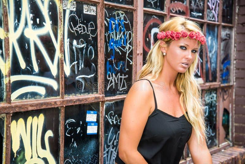 性感的白肤金发的女孩以偶然时尚 免版税库存照片