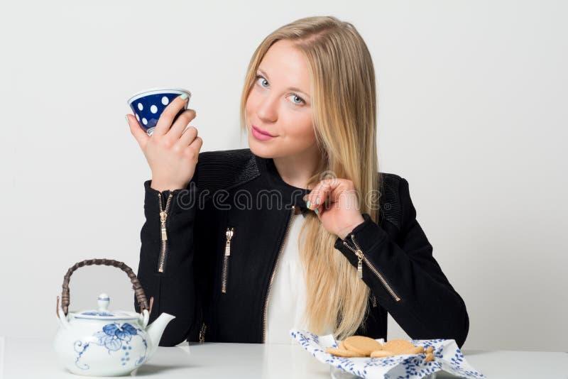 性感的白肤金发的饮料 免版税库存照片