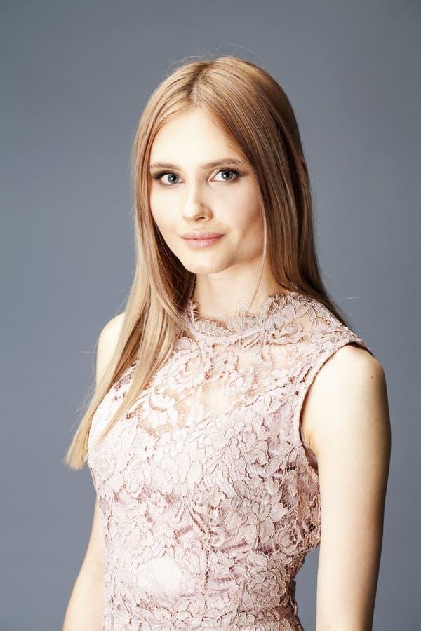 性感的礼服的年轻白肤金发的夫人 图库摄影