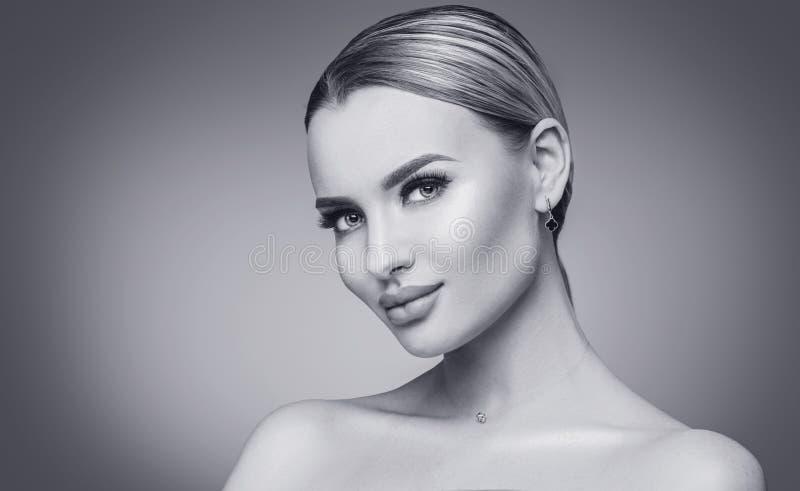 性感的秀丽妇女黑白画象 有新鲜的干净的皮肤的温泉式样女孩 白肤金发的秀丽妇女 免版税库存图片