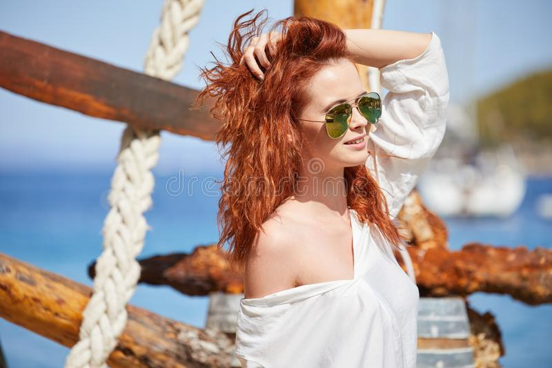 性感的红头发人女孩在度假在克罗地亚 免版税库存图片