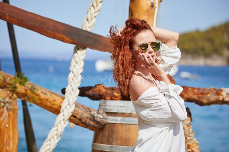 性感的红头发人女孩在度假在克罗地亚 免版税库存照片