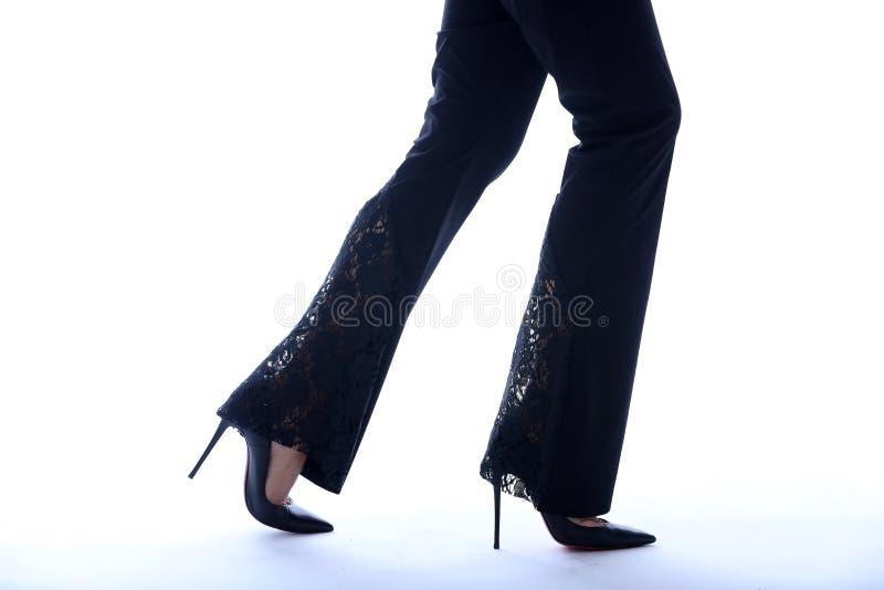 性感的腿和脚跟,特写镜头 免版税库存照片