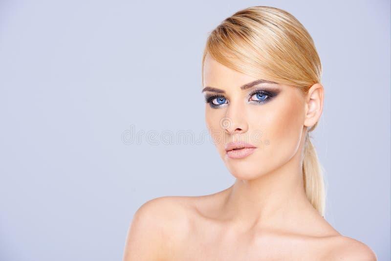 性感的蓝眼睛的妇女佩带的构成 库存照片