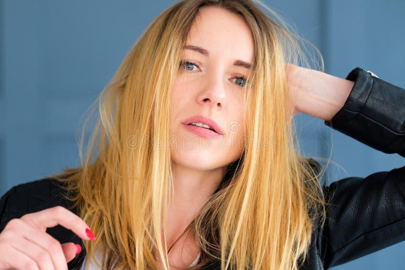 性感的被弄乱的锋利妇女被翻动的金发 库存图片