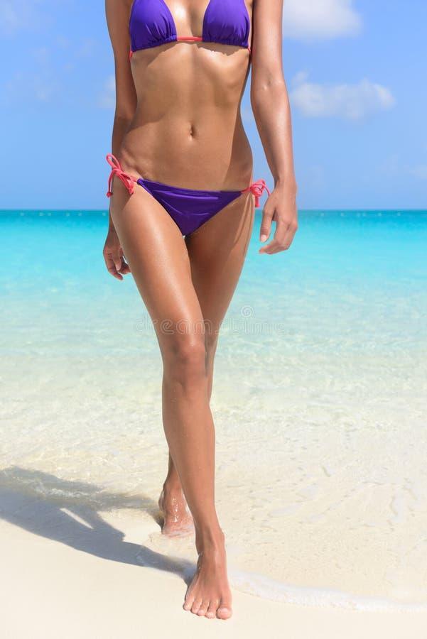 性感的被晒黑的比基尼泳装身体妇女海滩假期 库存照片