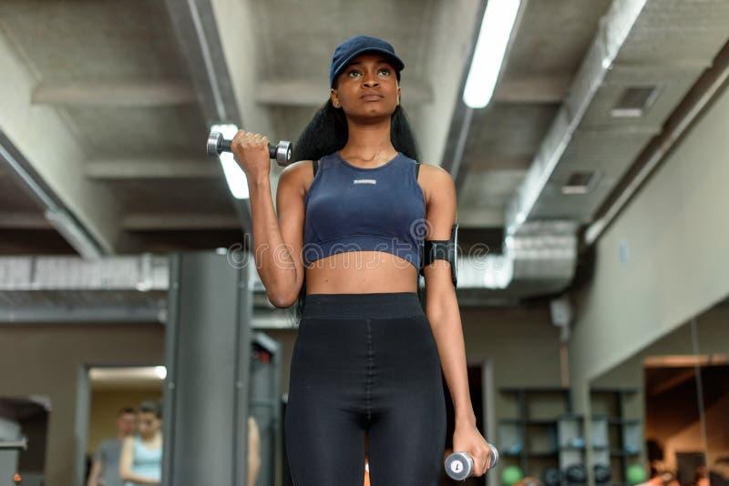 Download 性感的解决与哑铃的健身非裔美国人的妇女在健身房 库存图片. 图片 包括有 种族, 健康, 体操, 确定, 生活方式 - 72371803