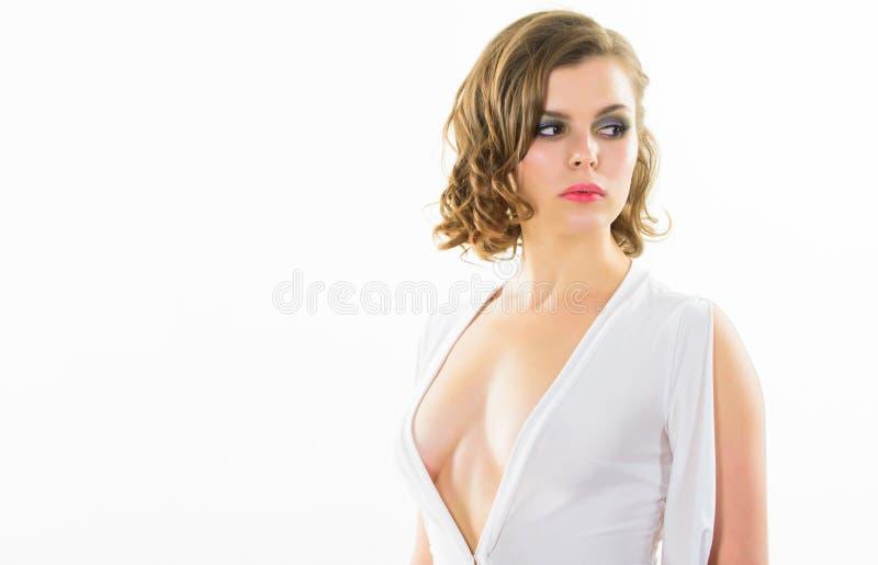 性感的诱人的礼服 女孩确信的模型诱人摆在白色背景 妇女典雅的夫人减速火箭的发型和 免版税库存照片