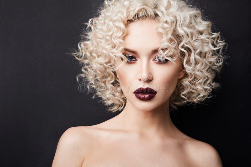 性感的赤裸女孩有充分的嘴唇的和有美妙的蓝眼睛的,与白肤金发的卷发和专业明亮的构成 库存图片