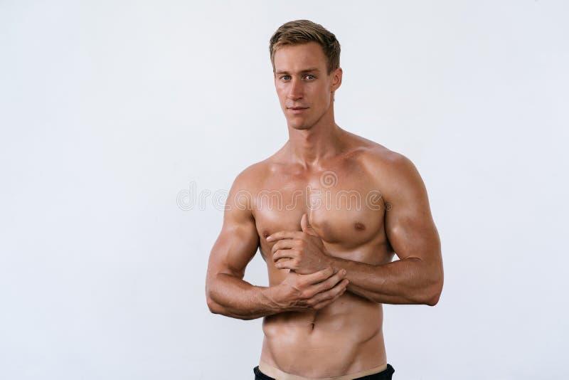 性感的运动人画象有赤裸躯干的在白色背景 有强健的身体的帅哥 库存图片