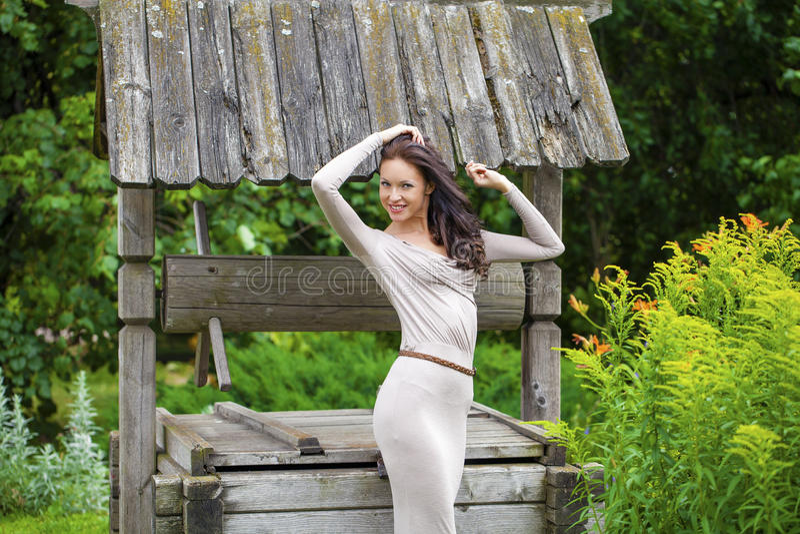 Download 性感的长的礼服的美丽的少妇 库存照片. 图片 包括有 绿色, 方式, 行程, 增长, 公园, 庭院, 爱好健美者 - 62536290